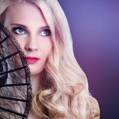 wunderschöne blonde Frau mit Fächer
