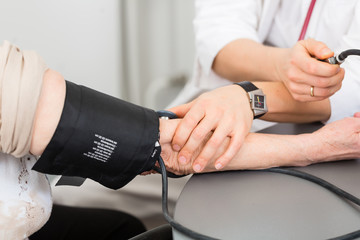 Doktor behandelt Seniorin in Arztpraxis