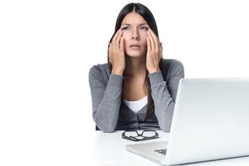 Junge Frau mit tränenden Augen vom Laptop Computer