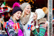 Freunde trinken Glühwein auf Weihnachtsmarkt