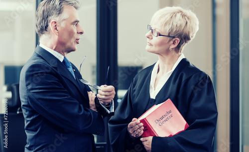 Leinwanddruck Bild Anwältin mit Gesetzbuch und Mandant
