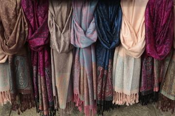 Pashminas de lana estampadas de colores.