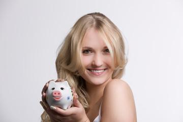 Hübsches Mädchen mit Sparschwein