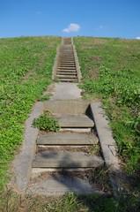 細い階段と堤防
