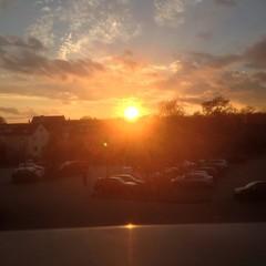 Sonne über den Dächern der Stadt