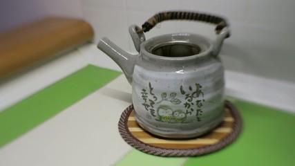 Tè verde sfuso versato in teiera