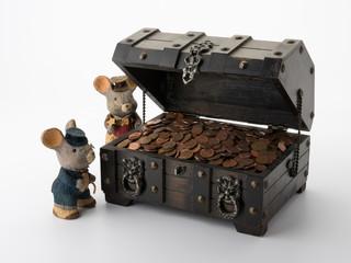 Schatzkiste mit Münzen und Mäusen