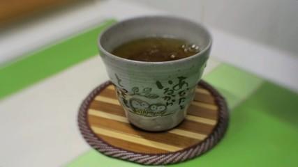 Tè verde caldo versato in una tazza