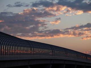 夕日に照らされる第二京阪道路