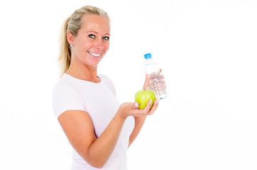 frau mit wasserflasche und apfel