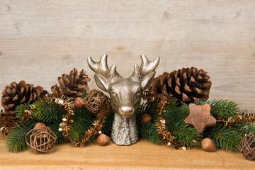 rustikale weihnachtsdekoration mit tannenzapfen