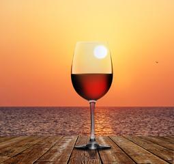 Rotweinglas vor Sonnenuntergang