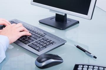geschäftsmann schreibt am computer