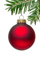 rote Christbaumkugel vor weißem Hintergrund