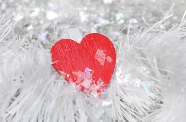 pince avec cœur rouge dans guirlande blanche