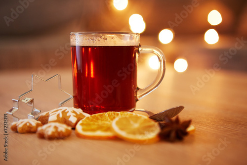 canvas print picture Hot christmas drink with spices and gingerbread