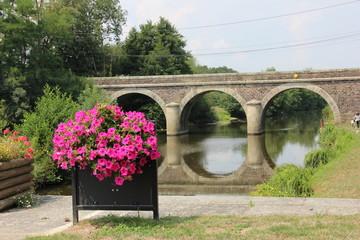 Beauté fleurie sur le canal
