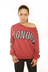 Junge Frau im LONDON Shirt