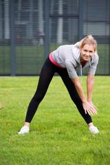 Hübsche junge Frau macht sportliche Übungen