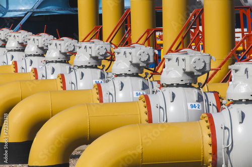 Leinwanddruck Bild Pipes and valves are on the gas compressor station