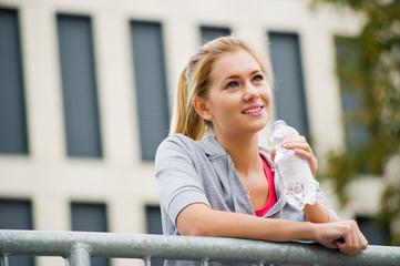 Junge Sportlerin macht Pause