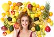 Blonde Frau liegt inmitten von Obstsorten