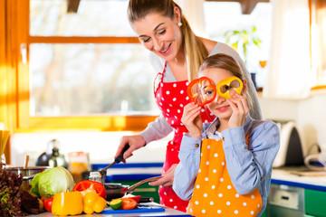 Familie kochen mit Spaß gesundes Essen in Küche