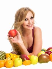 Frau mit verschiedenen Obstsorten