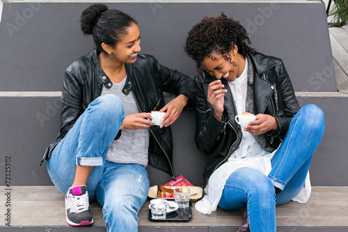 canvas print picture Freundinnen, Nordafrikanerinnen, trinken Kaffee