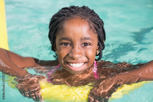 Cute little girl swimming in the pool - 72333157