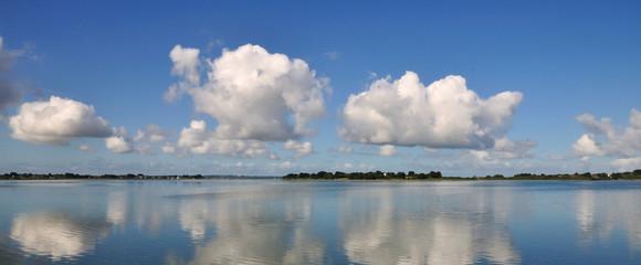 Nuages blancs et ciel bleu au dessus du Golfe du Morbihan