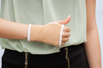 Close-up hand splint for broken bone treatment