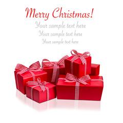 Viele Weihnachtsgeschenke vor weißem Hintergrund