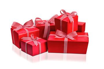 rote Weihnachtsgeschenke vor weißem Hintergrund