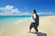 沖縄の美しいビーチで寛ぐ男性