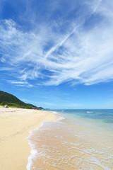 美しい沖縄のビーチと夏空