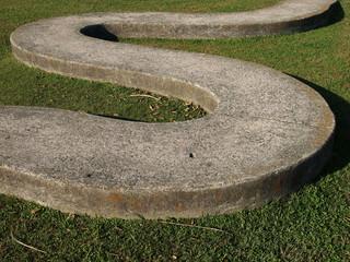 S字のコンクリート製の歩道