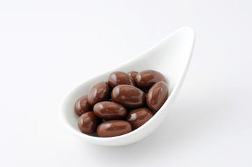 お皿にのせた チョコレート 粒 白背景