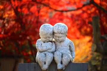 旭川市常磐公園遊園地入り口の二人の子供像
