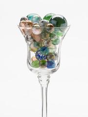 Glas mit bunten Glasperlen