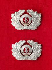 Alte Orden der DDR auf rotem Stoff