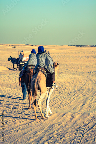 Aluminium Tunesië Beduins leading tourists on camels at short tourist tour around
