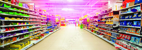 Wide perspective of empty supermarket - 72356578
