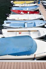 barcas de diferentes colores atracadas en un puerto