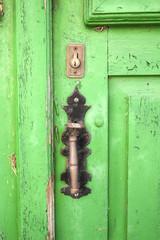 Vieja puerta de madera con aldaba y cerradura