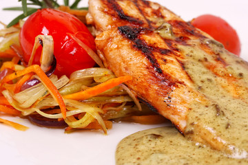 Grilled chicken with vegetables and sauce