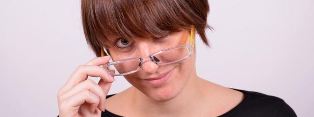 frau mit brille freut sich