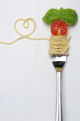 Spaghetti Nudeln Pasta Gericht mit Herz auf einer Gabel und Text