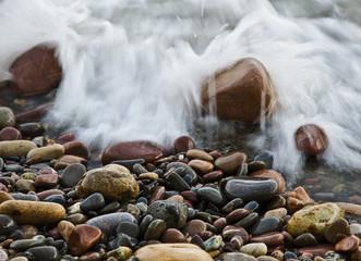 rocas en la playa mojandose por un ola