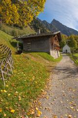 Altes Haus aus Holz im Herbst in den Bergen